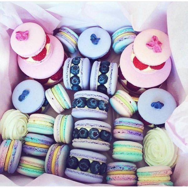Yes or no__ I say yesss!!!!! Beautiful macaron by @coolwoka i love these pastel colors! ! I love macarons with fruits #macaron…